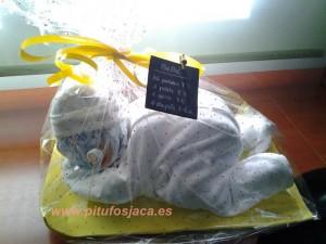 Bebé blanco con celofán
